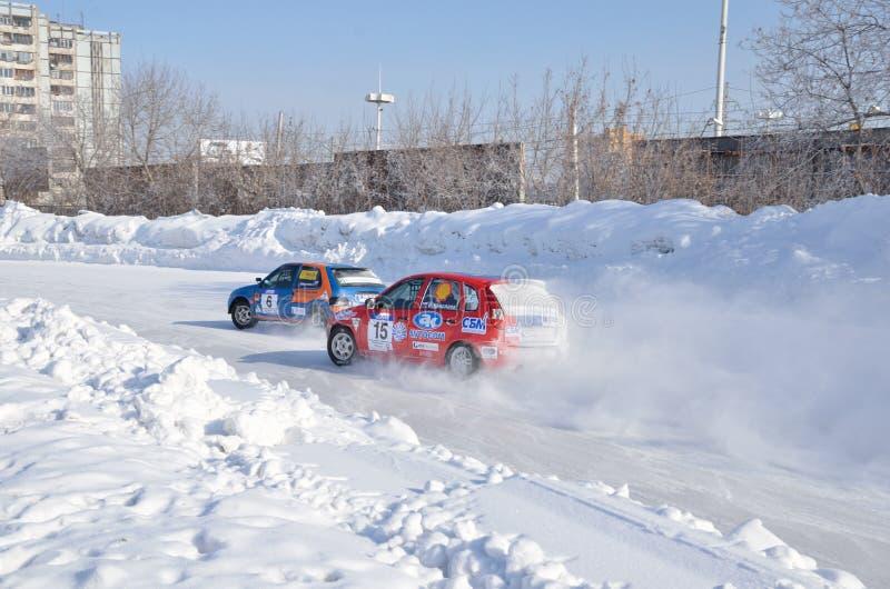 Dos coches compiten en el torneado de la pista imagen de archivo libre de regalías