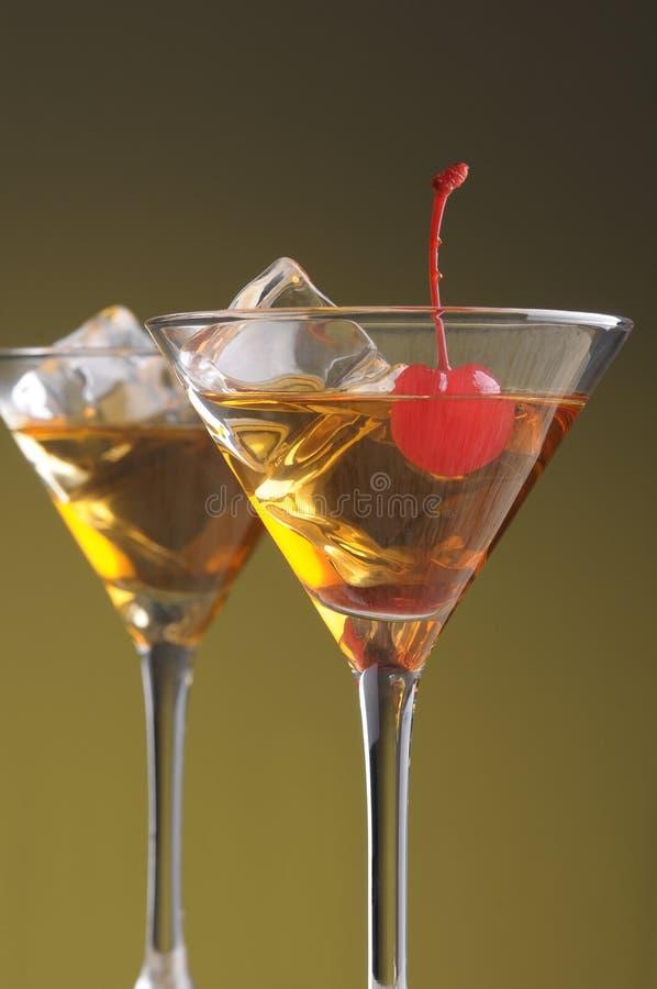 Dos cocteles de Manhattan en los vidrios de Martini imágenes de archivo libres de regalías