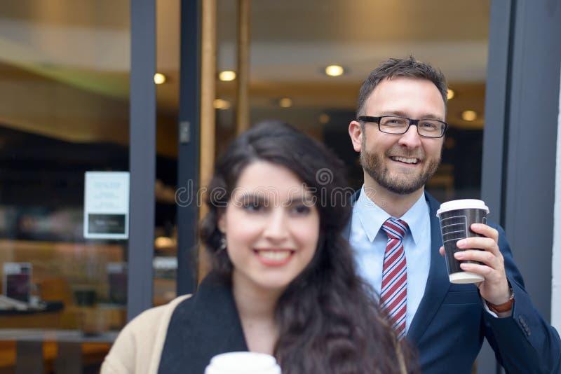 Dos colegas del negocio que compran el café para llevar fotos de archivo libres de regalías