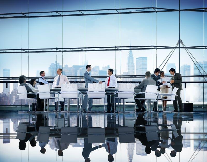 Dos colegas dos trabalhos de equipa da reunião executivos do conceito do seminário imagem de stock