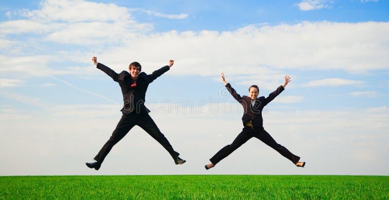 Dos colegas felices en salto fotos de archivo libres de regalías