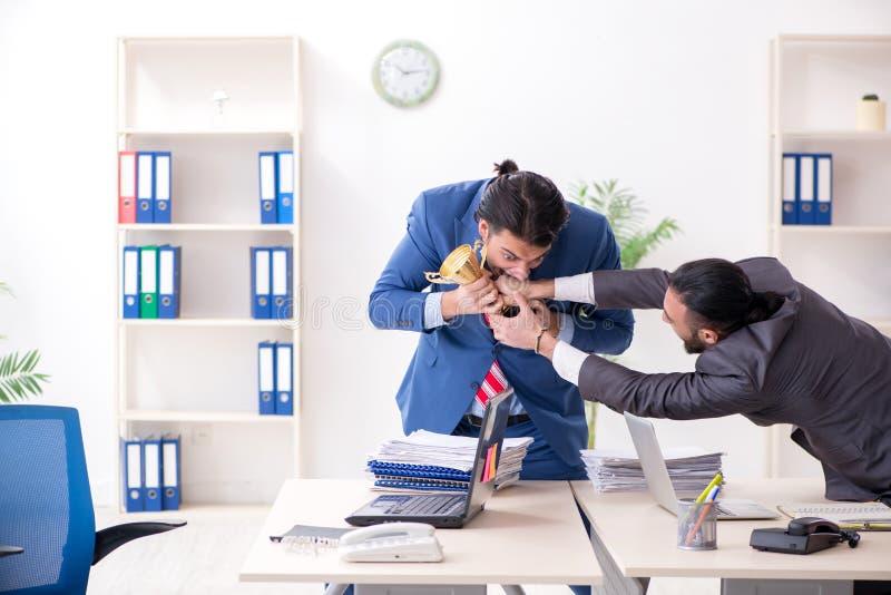 Dos colegas masculinos en la oficina fotos de archivo libres de regalías
