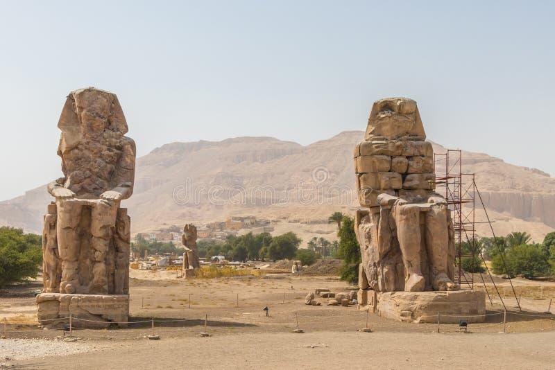 Dos colosos de piedra masivos de las estatuas de Memnon Thebes, Luxor, Egipto imagen de archivo libre de regalías