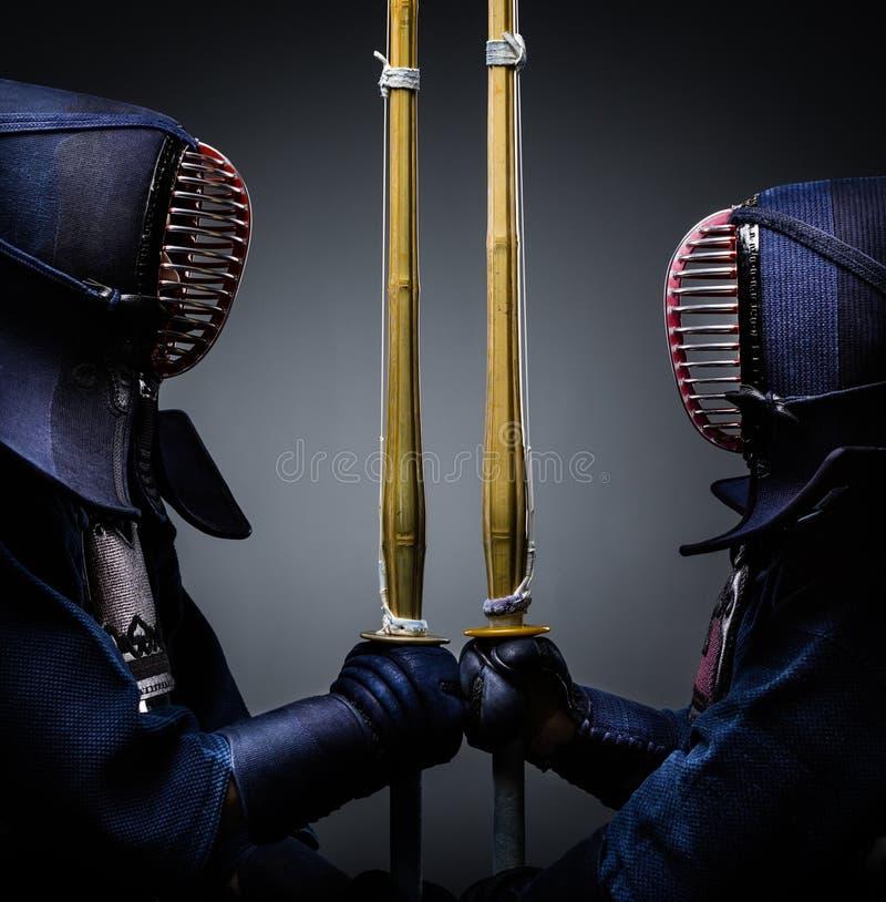 Dos combatientes del kendo enfrente de uno a con shinai imágenes de archivo libres de regalías