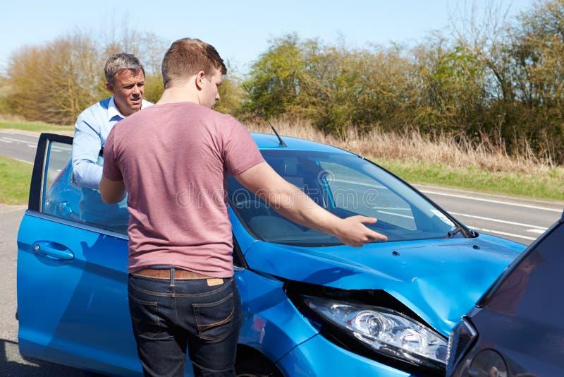 Dos conductores que discuten después de accidente de tráfico fotos de archivo libres de regalías