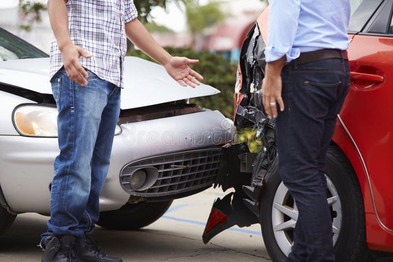 Dos conductores que discuten después de accidente de tráfico imágenes de archivo libres de regalías