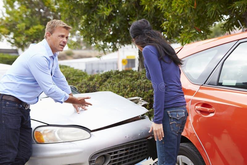 Dos conductores que discuten después de accidente de tráfico fotos de archivo