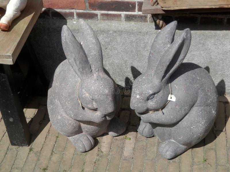 Dos conejos concretos imagenes de archivo