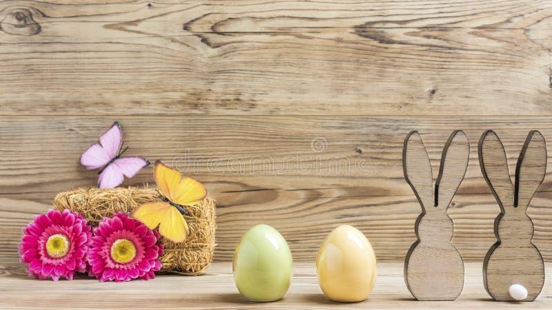Dos conejos dos huevos fotografía de archivo libre de regalías