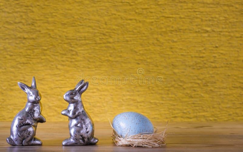 Dos conejos y un huevo en la jerarquía fotografía de archivo libre de regalías