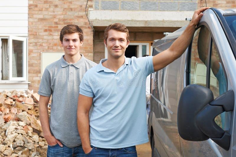 Dos constructores que se colocan al lado de Van imagenes de archivo