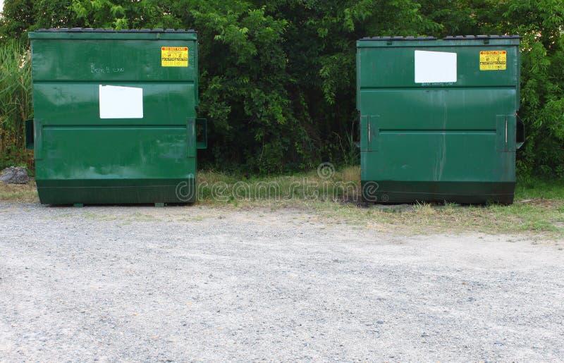 Dos contenedores de la basura y de la basura imágenes de archivo libres de regalías