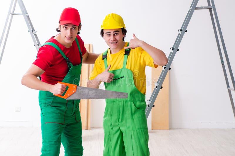 Dos contratistas de los trabajadores que trabajan dentro fotografía de archivo