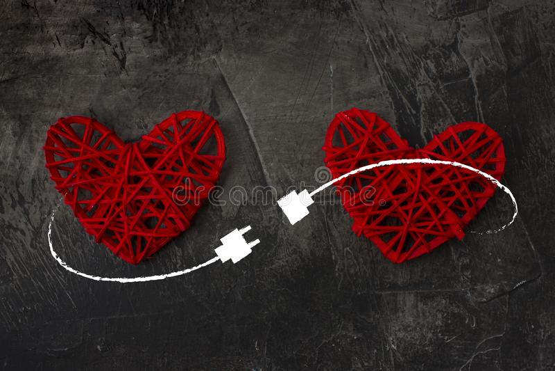 Dos corazones conectados por el cable del USB Tema del amor, boda, día del ` s de la tarjeta del día de San Valentín imagenes de archivo