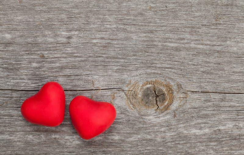 Dos corazones del caramelo en fondo de madera fotografía de archivo