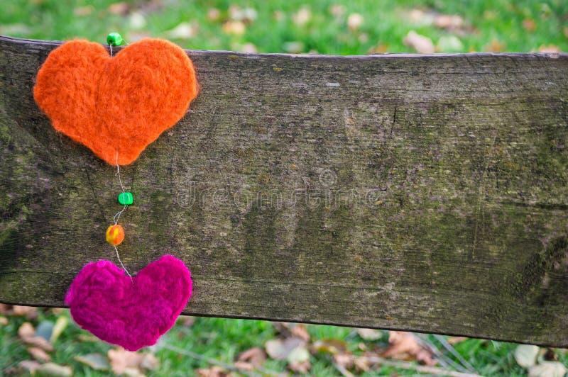 Dos corazones en la tarjeta. foto de archivo