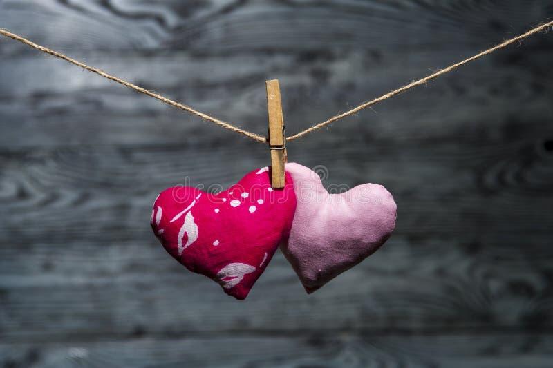 Dos corazones junto en fondo de madera foto de archivo