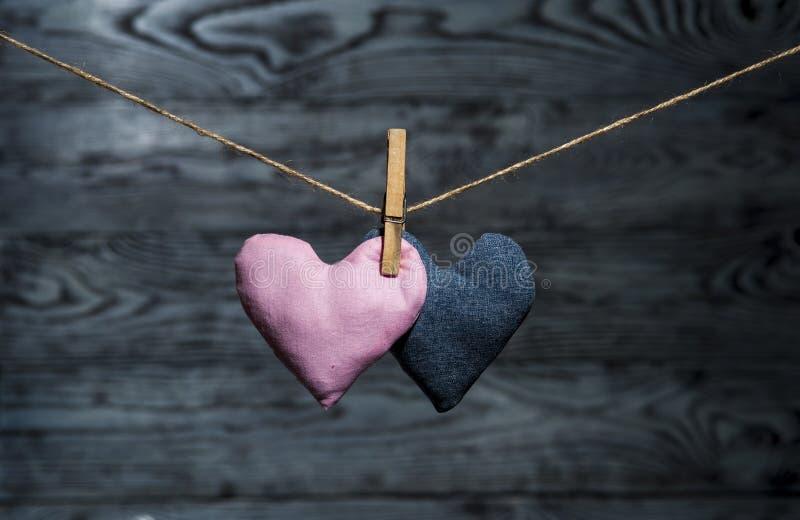 Dos corazones junto en fondo de madera imagenes de archivo