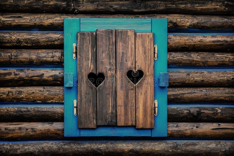 Dos corazones tallados en obturadores de la ventana imagen de archivo