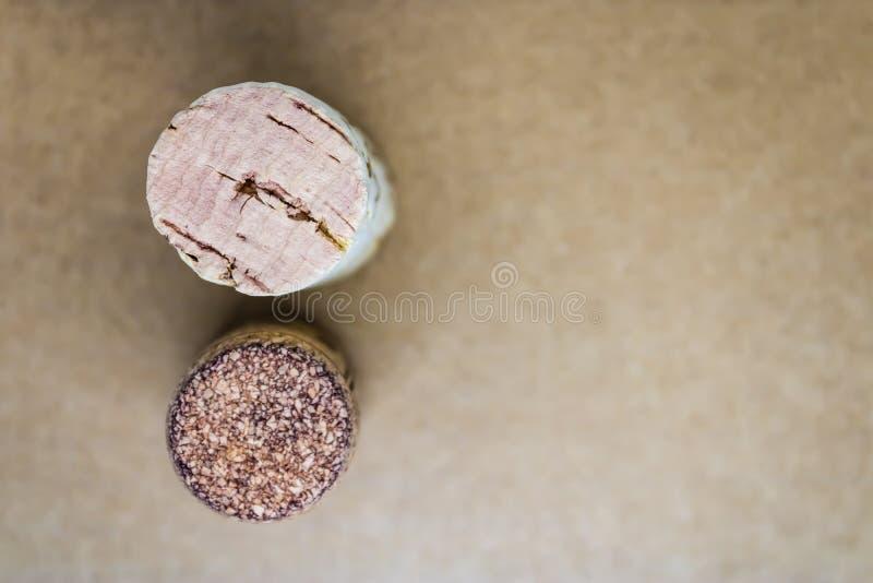 Dos corchos del vino en la opinión superior del fondo marrón imagen de archivo