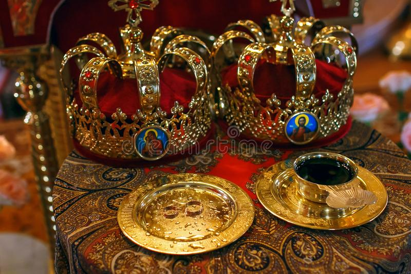 Dos coronas ceremoniales de la boda ortodoxa listas para la ceremonia fotografía de archivo