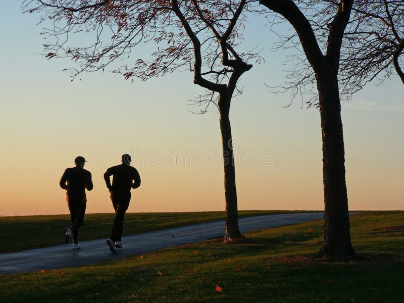 Dos corredores en silueta imagen de archivo libre de regalías