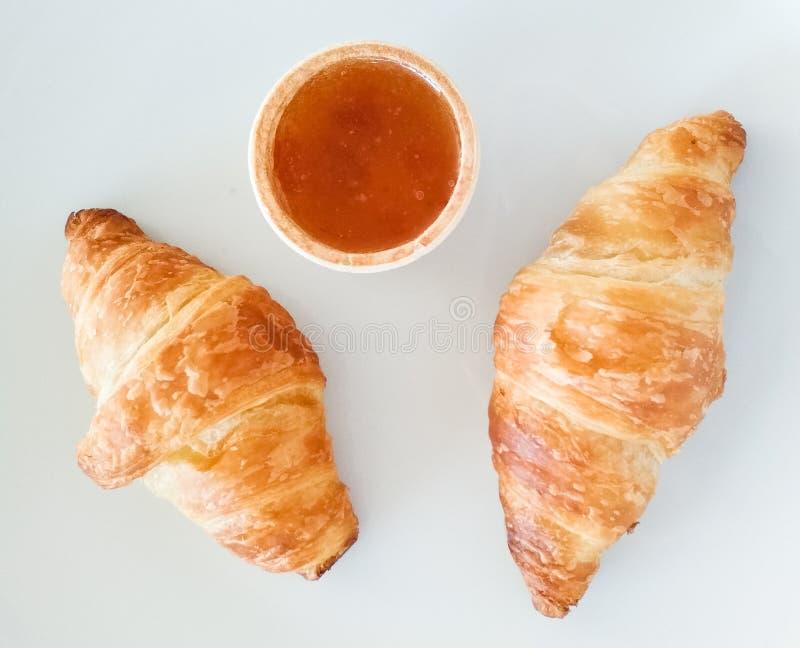Dos cruasanes franceses curruscantes del desayuno con un atasco fotos de archivo