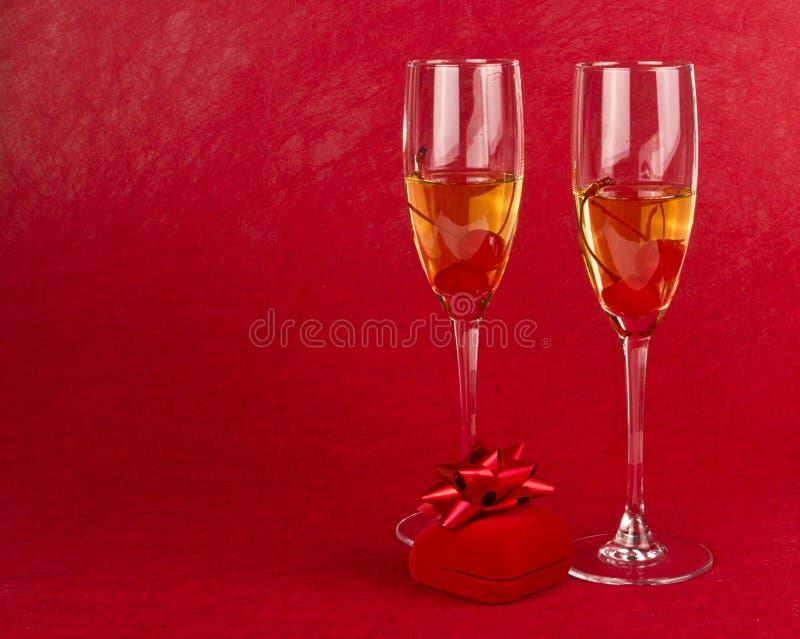 Dos cubiletes de las tarjetas del día de San Valentín imágenes de archivo libres de regalías