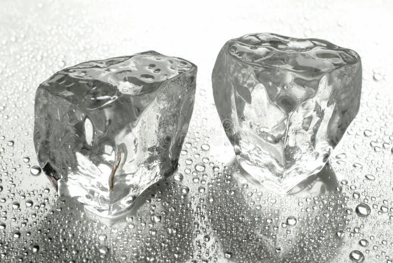 Dos cubos de hielo imagen de archivo libre de regalías
