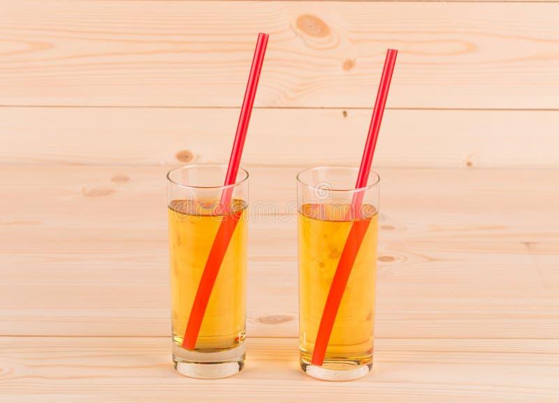 Dos de cristal por completo del zumo de manzana fotos de archivo libres de regalías