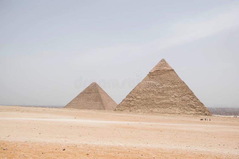 Dos de las grandes pirámides de Egipto Con el desierto en frente Pirámides de Cheops y del khufu Egipto Giza Sitio del patrimonio fotos de archivo libres de regalías