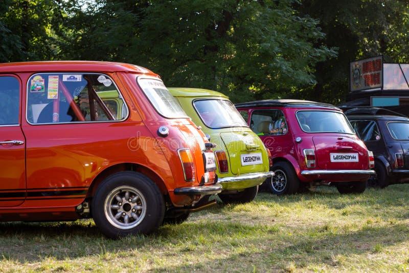 Dos des voitures colorées de Mini Cooper photos stock