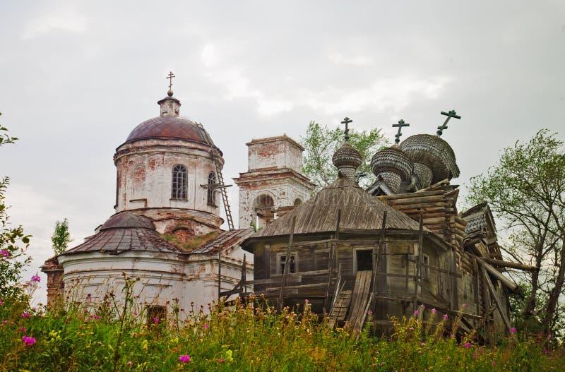Dos destruyeron iglesias ortodoxas fotos de archivo libres de regalías