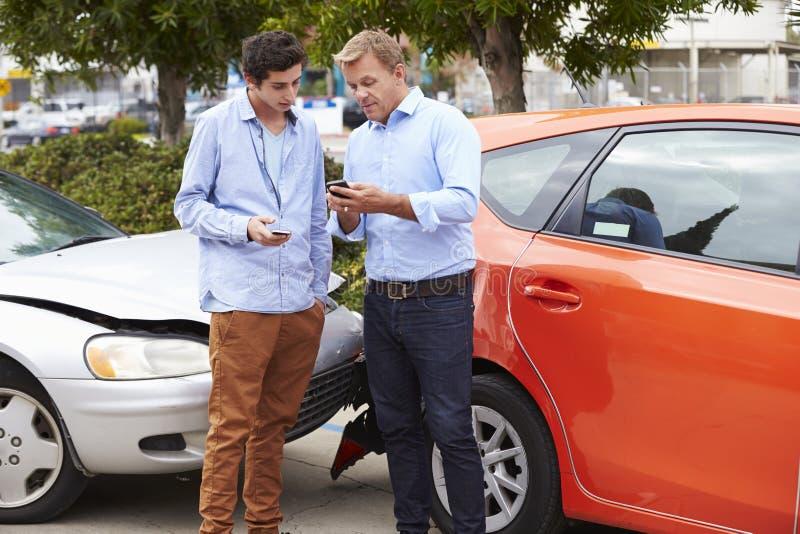 Dos detalles del seguro del intercambio de los conductores después del accidente foto de archivo
