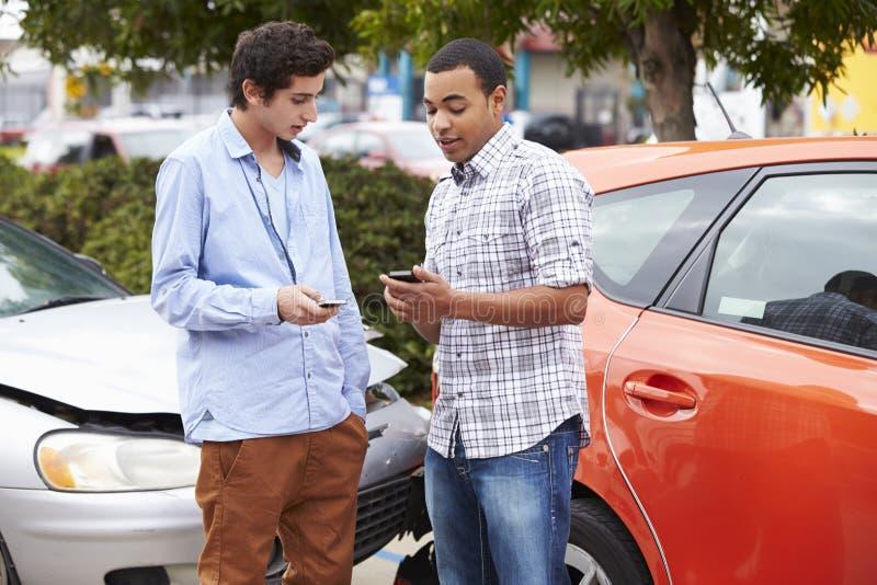 Dos detalles del seguro del intercambio de los conductores después del accidente foto de archivo libre de regalías