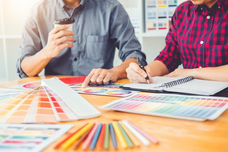 Dos diseñador gráfico Brainstorming Meeting y dibujo en graphi fotografía de archivo libre de regalías
