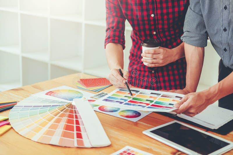 Dos diseñador gráfico Brainstorming Meeting y dibujo en graphi imágenes de archivo libres de regalías