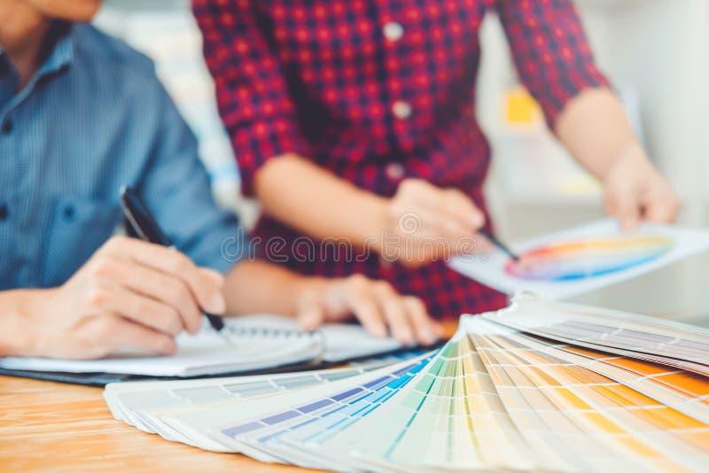 Dos diseñador gráfico Brainstorming Meeting y dibujo en graphi imagen de archivo libre de regalías