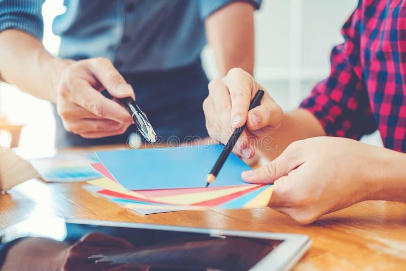 Dos diseñador gráfico Brainstorming Meeting y dibujo en graphi fotos de archivo libres de regalías