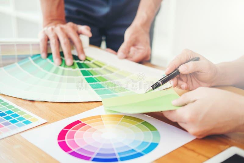 Dos diseñador gráfico Brainstorming Meeting y dibujo en graphi imagen de archivo