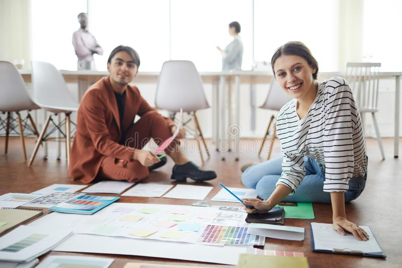 Dos diseñadores que planean proyecto en piso foto de archivo libre de regalías