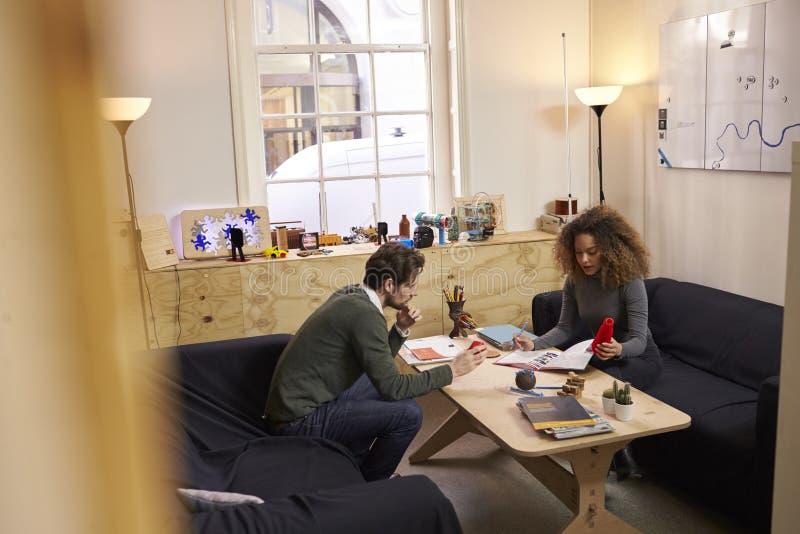 Dos diseñadores que tienen reunión creativa en oficina moderna imagen de archivo