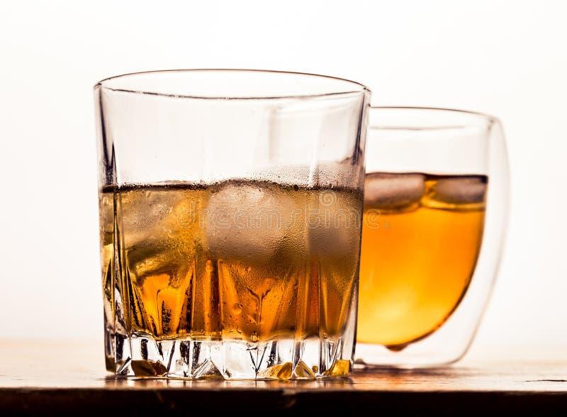 Dos diversos vidrios de whisky fotos de archivo libres de regalías