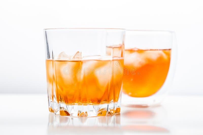 Dos diversos vidrios de whisky fotografía de archivo