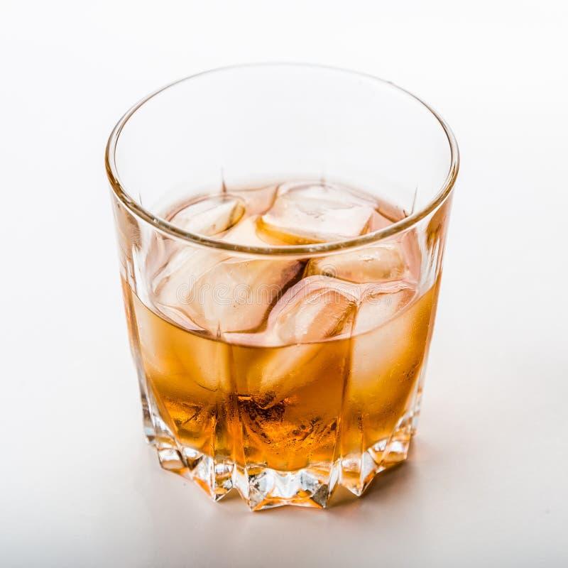Dos diversos vidrios de whisky fotografía de archivo libre de regalías