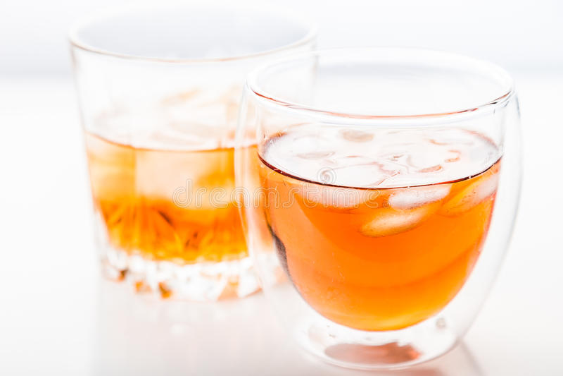 Dos diversos vidrios de whisky imagen de archivo libre de regalías