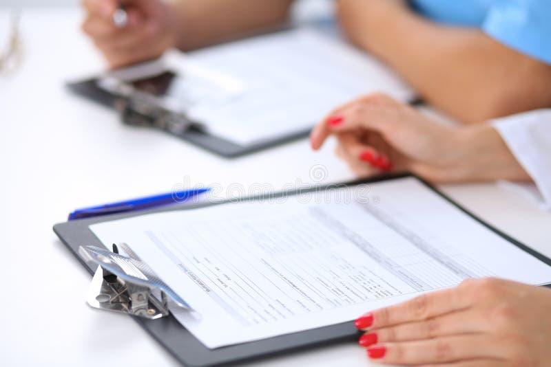 Dos doctores están discutiendo historial médico imágenes de archivo libres de regalías