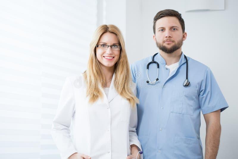 Dos doctores jovenes foto de archivo