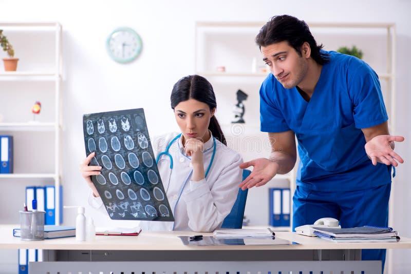 Dos doctores jovenes que trabajan en la cl?nica foto de archivo libre de regalías