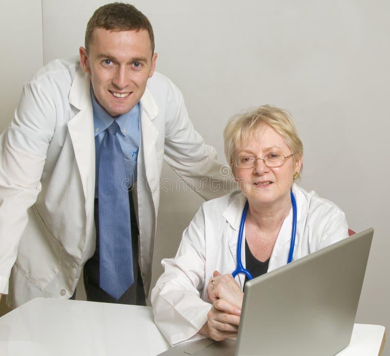 Dos doctores que consultan imágenes de archivo libres de regalías